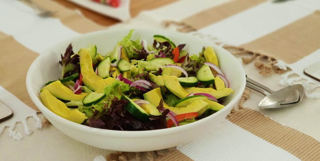 pranzo a lavoro insalatone e insalata di avocado